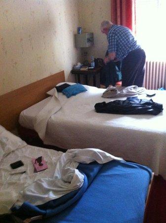Hotel Les Chansonniers :                   Kleine schone kamer met tweepersoonsbed en bijzetbed