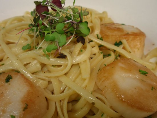 The Grist Mill and One Up Bar: Weathervane Scallops & Fettuccine