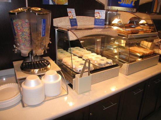 Holiday Inn Express & Suites Terre Haute: Cold cereal, Cinnamon rolls, eggs and sausages