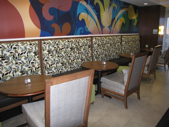Holiday Inn Express & Suites Terre Haute: Booths in breakfast area