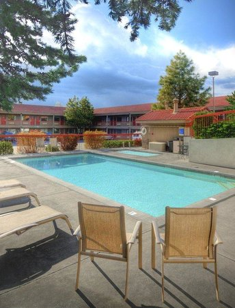 Bend Three Sisters Inn & Suites: Pool view