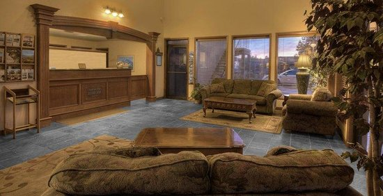 Bend Three Sisters Inn & Suites: Lobby view