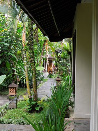 Graha Resort: Walkway to the rooms