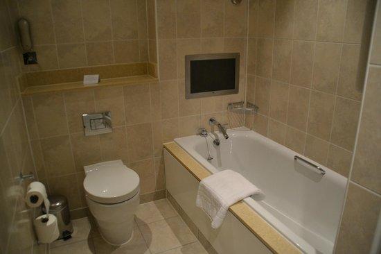 The Royal Horseguards:                   salle de bain avec télé