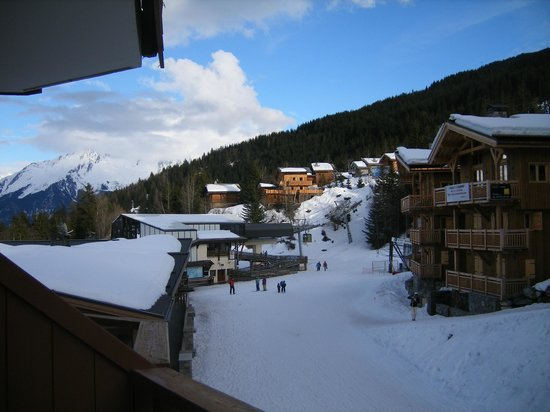 Hotel Le Montana: Looking left from our room, the ski lift is in the foregound