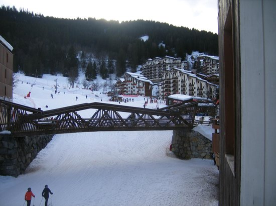 Hotel Le Montana: The piste passes under the bridge and past the hotel