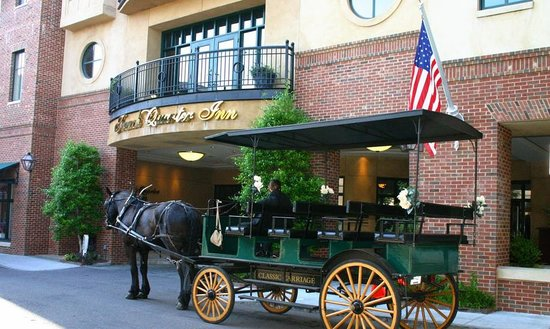 French Quarter Inn: Carriage ride at entrance