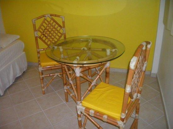 Laranja Flat Apart Hotel : hermosas sillas y mesa