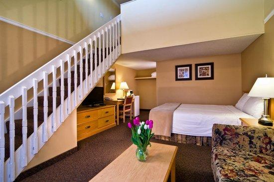 Kelowna Inn & Suites: 2 queen loft suite