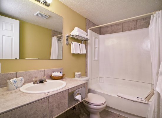 Kelowna Inn & Suites: 2 queen guest room