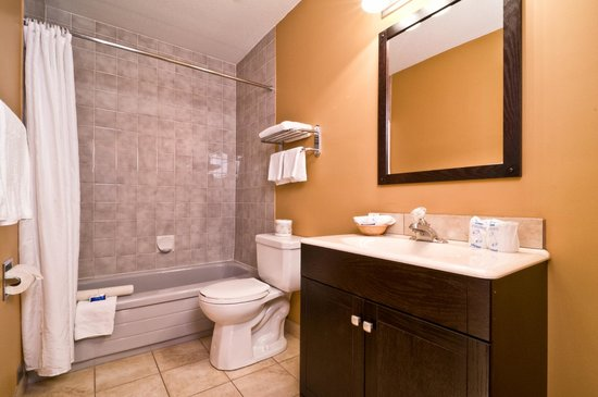 Kelowna Inn & Suites: Queen guest room