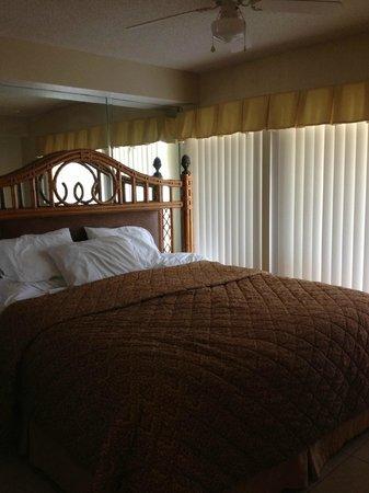 ซิลเวอร์เลครีสอร์ท: Bed was a tad large for the room