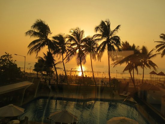 Ramada Plaza Palm Grove: Beautiful sunset - view from the gym and the sea view rooms