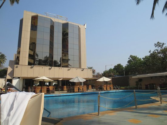 Ramada Plaza Palm Grove: Beach area with the pool bar