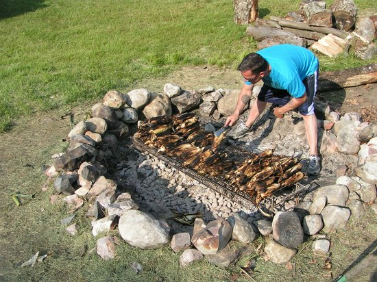 Aerie Inn of Vermont: Barbecueing corn in the fire pit in the yard