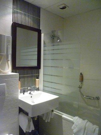 Hôtel Brittany : salle de bain, wc baignoire/douche
