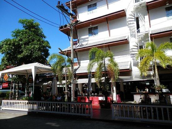 โรงแรมระยาบุรี ป่าตอง: Hotel and dining area