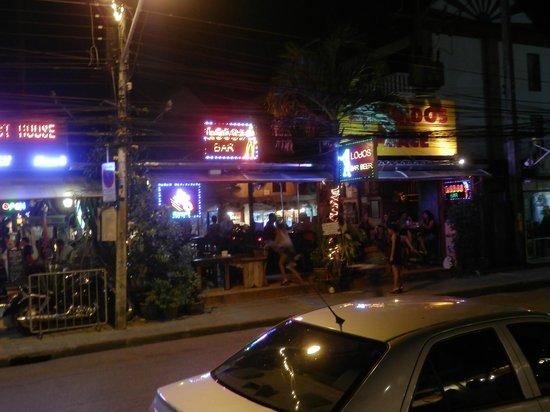 โรงแรมระยาบุรี ป่าตอง: Nightlife opposite reception