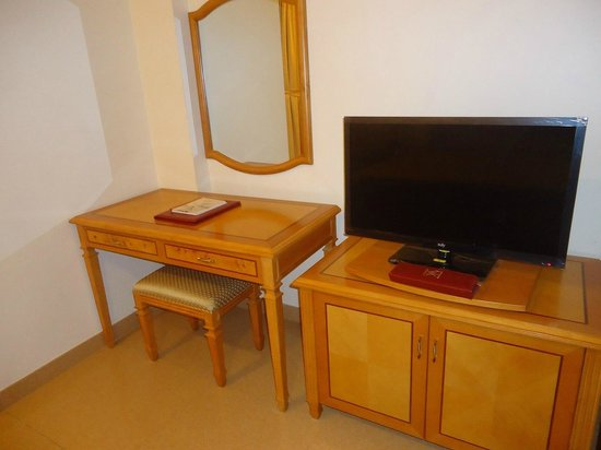 Safeer Continental Hotel: Two TVs in one room