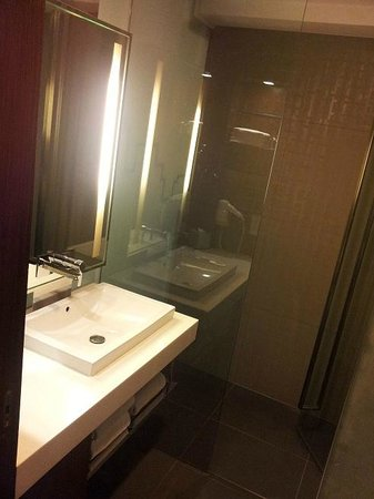 Galleria 10 Hotel Bangkok by Compass Hospitality:                   Nice clean bathroom
