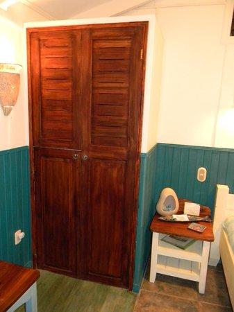 Hotel Banana Azul:                                     Sloth Cabina Closet