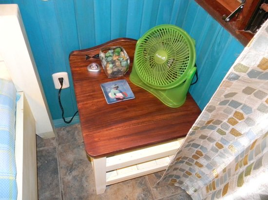 Hotel Banana Azul:                                     Sloth Cabina Nightstand