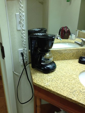 Hampton Inn Bloomington:                   Ill-placed coffee machine