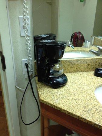 هامبتون إن بلومنجتون:                   Ill-placed coffee machine                 