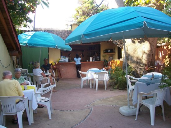 El Perla Negra :                                     Plenty of seating, we get there early.