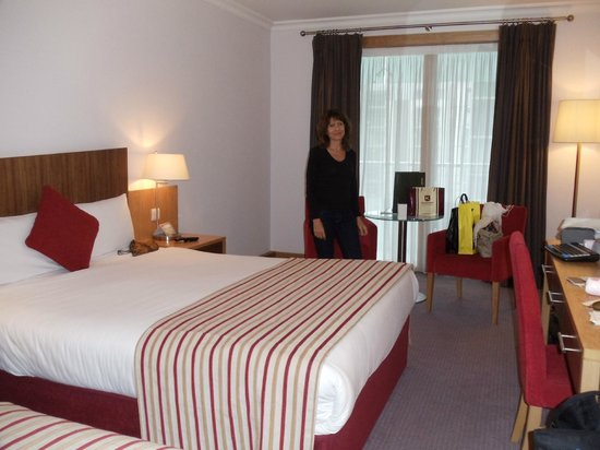 Clayton Hotel Cardiff Lane: Habitacion con dos camas grandes