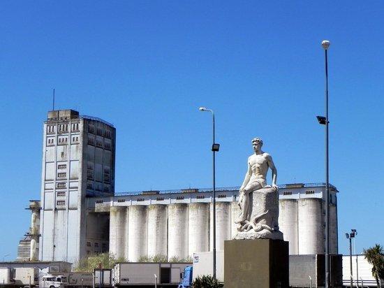 Puerto de Mar del Plata: Monumento al Hombre de Mar - Leoni Tomasso