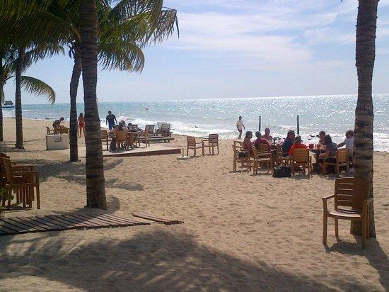 سيكريتس أورا كوزوميل - أول إنكلوسف:                   Beach area by Barefoot Grill                 