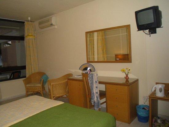 Auramar Beach Resort: Dressing table