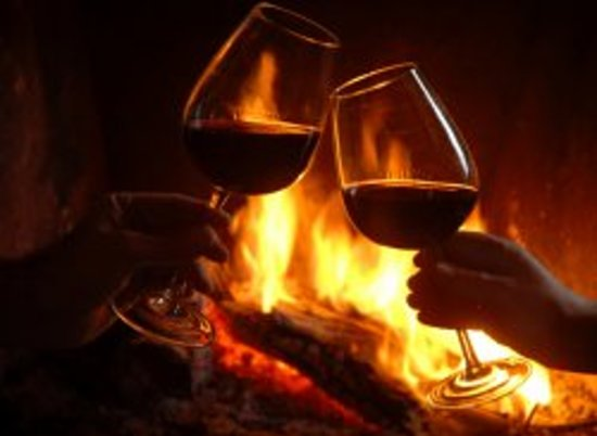 Fern Grove Cottages: Wine by the fireside