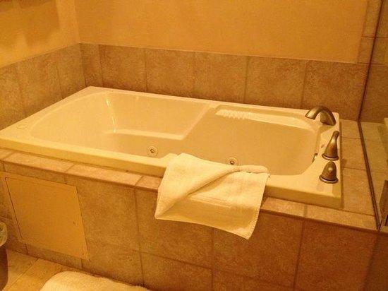 Fairmont Heritage Place, El Corazon de Santa Fe: Jacuzzi in MBR Bathroom