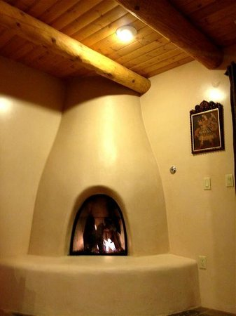 Fairmont Heritage Place, El Corazon de Santa Fe: Kiva fireplace and beamed ceiling in living room