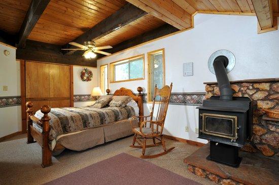Pinewoods Resort: Mountain Home Bedroom #2