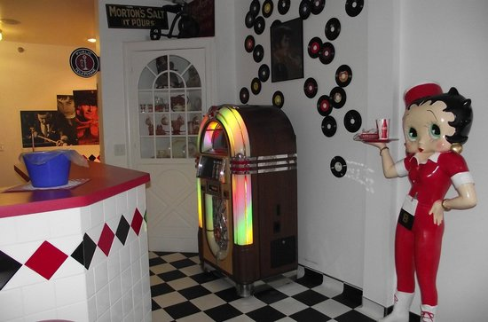 Logan Anniversary Inn: Juke box