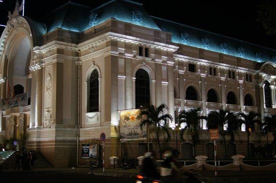 Caravelle Saigon:                   隣にある市民劇場