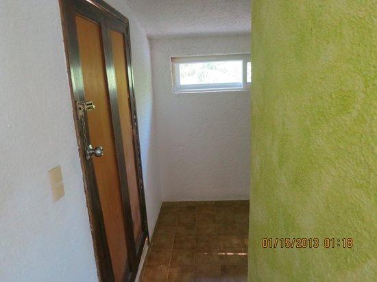 Amar Inn B&B: Wall separating sleeping area from bathroom (no door)