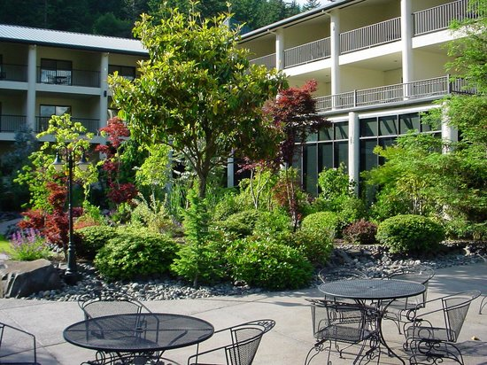 Bonneville Hot Springs Resort & Spa: Patio Dining Available