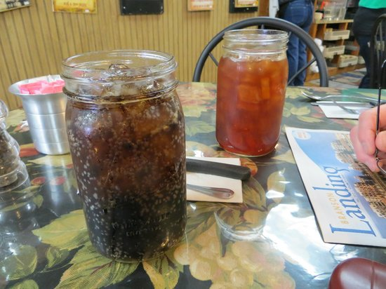 Farmhouse Restaurant: Drinks in Mason jars