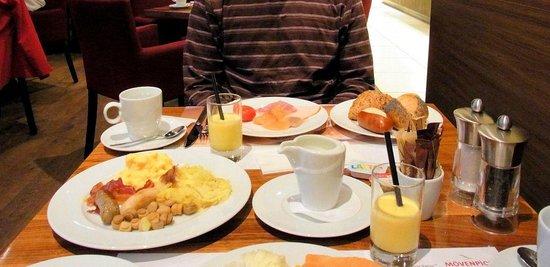โรงแรมโมเวนพิค ซูริก-แอร์พอร์ท:                   朝食