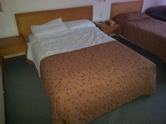 SilverOaks Hotel Geyserland:                   The saggy bed for hobbits