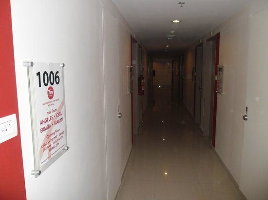 Red Planet Ermita, Manila: Corridor - complete with loudly-slamming doors