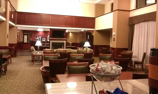 Hampton Inn & Suites Norfolk-Airport: breakfast buffet area