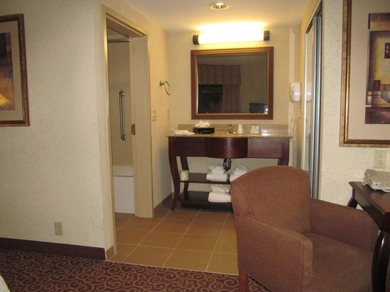 Hampton Inn & Suites Norfolk-Airport: bath area