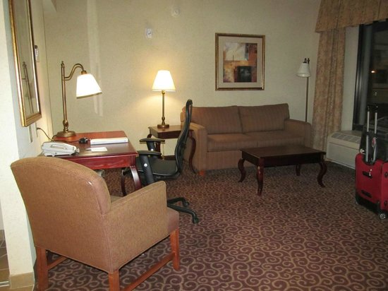 Hampton Inn & Suites Norfolk-Airport : Sitting area ... suite