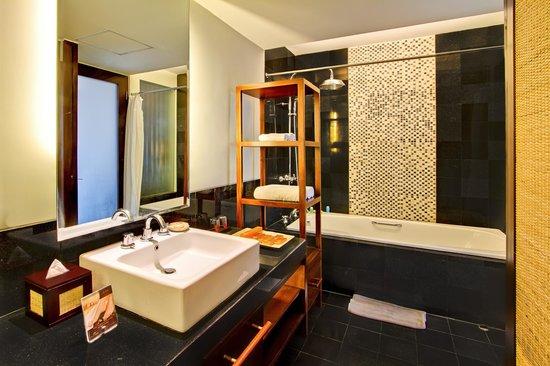 Kuta Seaview Boutique Resort & Spa: premier deluxe gardens' bath tub