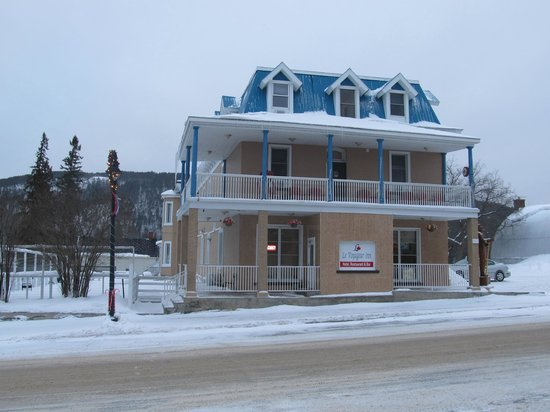 Le Voyageur Inn Hotel In Winter Time